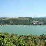 поселок Абрау-Дюрсо расположен на берегу озера
