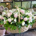Красочная доставка цветов в Омске и декоративная зелень букетов